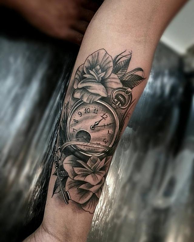蒙小姐小臂爱心花环纹身图案         做医药销售经理的那