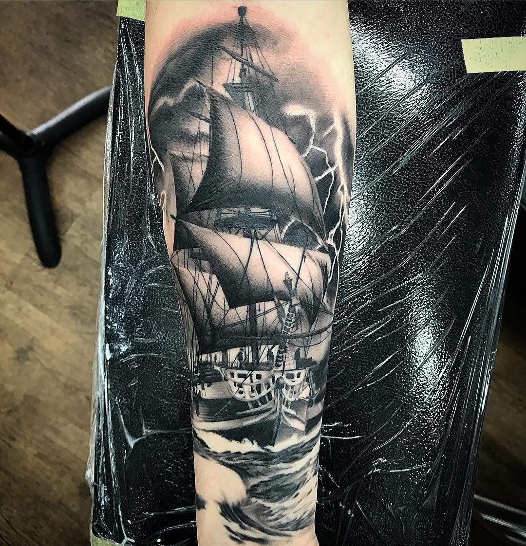 做摄像师的柏先生小臂帆船纹身图案